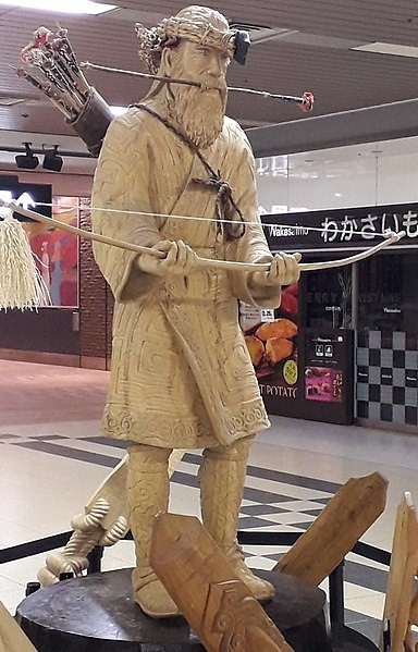 384px-Памятник_айну_на_станции_Саппоро